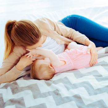 maman qui allaite son bébé